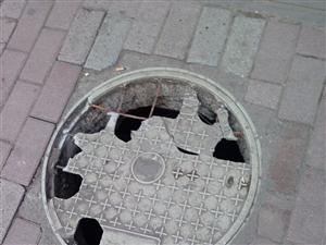 街道井盖坏了
