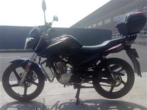 雅马哈摩托车。证件齐全。不到一年。