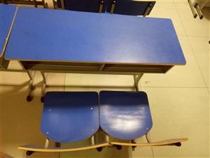 """因房租到期,""""低价出售""""1.二手课桌椅出售,9成新,双人桌,一张桌子,两把椅子100元/套,适合放在..."""