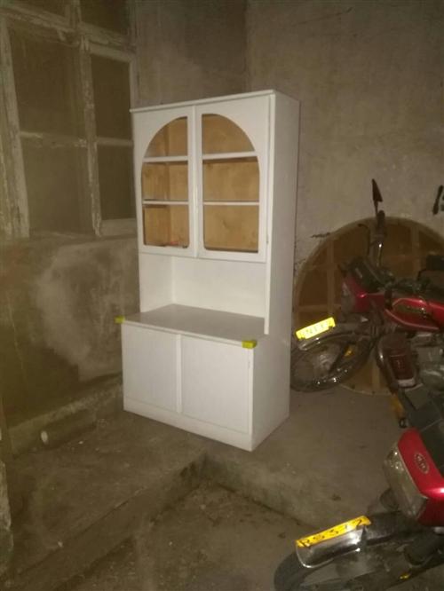老式實木椅子.新的.45一把.有六把 書柜一米七高九十寬 45元 飯桌60*60厘米高一米多吧....