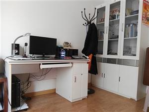 双虎家俱,一个三门书柜,一张电脑写字桌,八成新,低价出售。