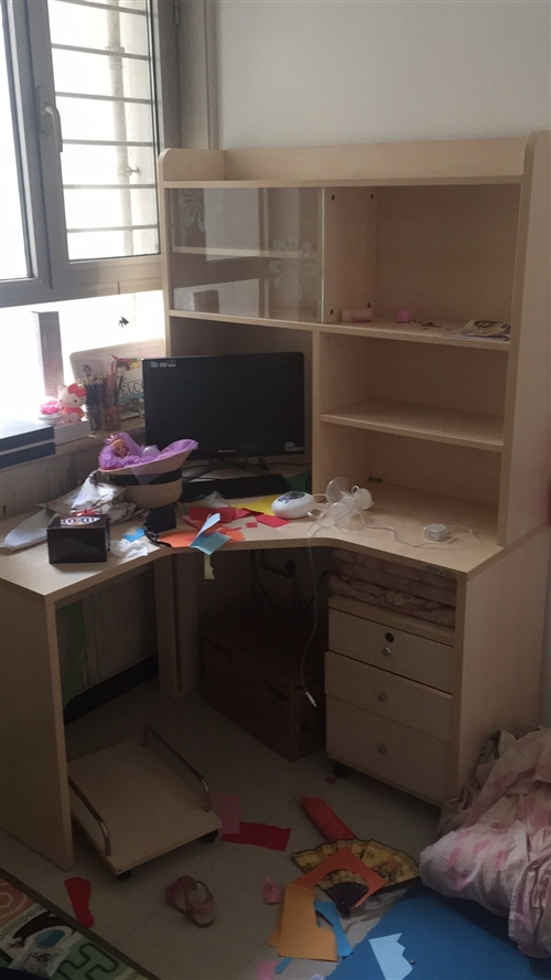 如图,八成新电脑桌+书架,掌上明珠家具品牌,价格面议,任丘本地,电话18633720866