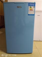 买了两年的小冰箱,家里人多,换了冰柜,小冰箱现立即出售,400元,有意者电话联系,135978999...