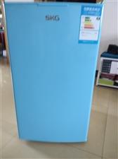 买了两年的小冰箱,现家里的人多换了冰柜,400元。立体式饮水机100元,现在都立即出售了,有意者电话...