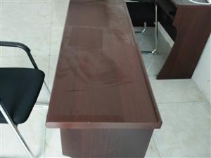 九成新办公桌四张,椅子五张,可单售,质量好,价格实惠