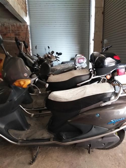 兩輛二手電動車800.一輛全新的電動車安溪價3500賣3000。還有摩托車頭盔,雨衣款式任選,價格實...