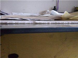 2米*1米的钢化玻璃十毫米厚,有意者联系,之前做书画装裱用过的,现在闲置