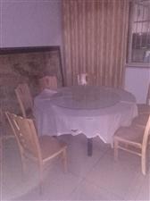 圆桌,直径1.6米,1.4米各一张,椅子20把.大圆桌280元,小圆桌220元,椅子45元