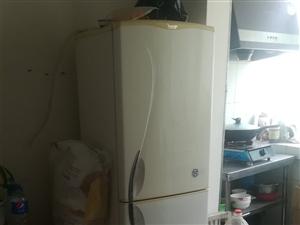 自用二手容声旧冰箱,没地方放,卖废品可惜了,有需要的联系我。冷冻效果好,省电!
