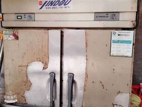 这是我刚开饭店用的冰箱(四开门),展示柜(2米长)有意要的请和我联系