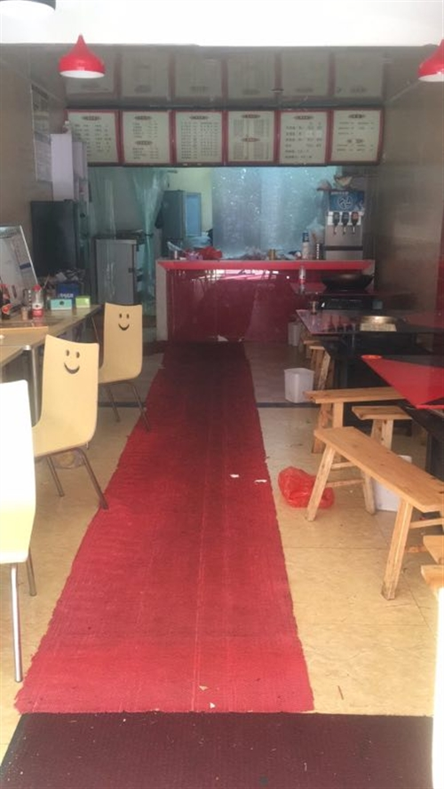 出售二手小吃餐饮桌椅五张,送椅子,九成新。一共一千元。联系方式13896813295