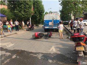 安和小区十字路口电瓶车与洒水车相撞