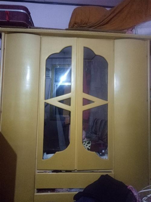 有特牢固木板料衣橱一扇,600元,自已带人来搬,必要时有师傅帮卸。4楼。联系18805990915*
