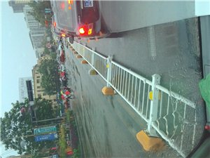 华兴外面马路中间的隔离栏齐刷刷倒地,风刮的还是什么情况?