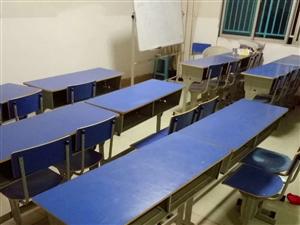 所有课桌椅低价出售,9成新,双人桌,一张桌子,两把椅子,100元/套。(还有七八套,全部要的话,每套...