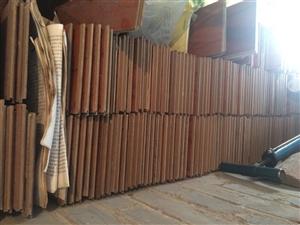 本人有二手木地板,八九成新,深杏黄偏棕花纹地板,14.5*80*1.2的,大概有六百块,能铺设60多...