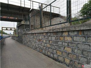 安全隐患谁来管(庙前西路煤炭货运场铁路桥下面蒺藜网掉落)