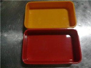 餐盒,红色和黄色,餐厅里上小份菜刚刚好,买的时候4.4块一个,现在3块钱一个,有需要联系我