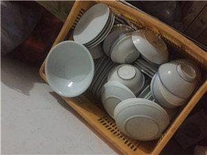 出售包席用的桌椅碗筷!桌子1米3   有14桌的  盘子汤碗等有30多桌的(每桌12个菜)很多后面添...