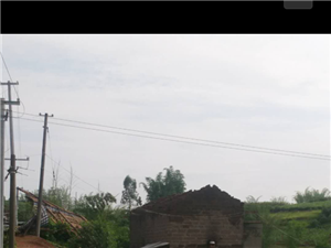一场暴雨掀翻了一民房屋顶,七旬老人无家可归