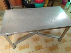 想做小吃生意联系我,转让八成新不锈钢小吃车,五张不锈钢桌子,