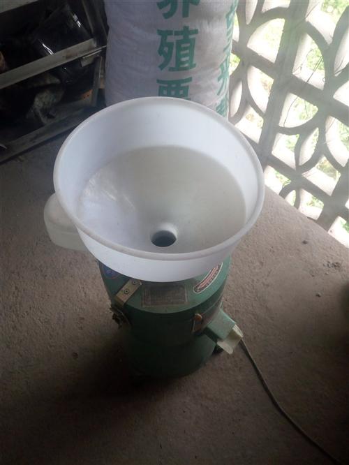 全新的中型豆浆机,一次都没有用过,有需要的拿走,比商铺买便宜100多,如果有意,价钱可以商量