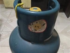 煤气瓶煤气灶一套转让,煤气罐没有气,可以自己充气也可以代充,连煤气灶,煤气表(阀门),管子等一套,使...