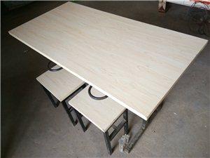 处理快餐店桌椅,一个桌子带四个凳子,凳子可以挂到桌子上,容易打扫卫生,150元一套,有要的联系,