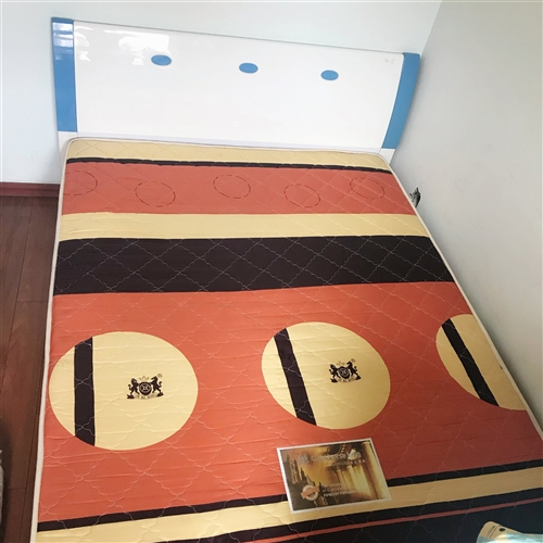 此款床和床墊出售。1.5米 2米。8成新床是全友家私床墊金馬王!自提