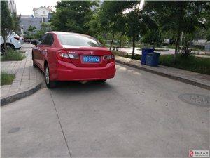 见过这样停车的吗?把马路当自己家似的。