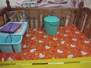 出售纯实木婴儿床,孩子能睡到六岁左右,八成新。低价出售,200元,非诚勿扰。