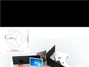 使用未满一年的办公桌,三把转椅,不过需要自提,自装,很方便简捷