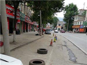 个体修车店主,长期圈占多个停车位为己有。