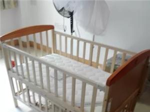 小床我家宝贝几乎没有睡过一次,买回来他就不愿意睡,所以一直闲着。原装蚊帐+摇篮+轮子。