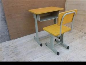学生用桌椅。低价处理。同城自提。一套20元  联系电话18243663273
