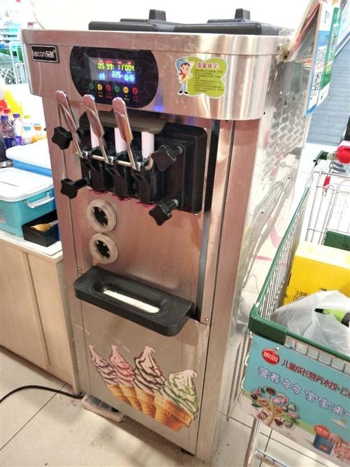 因小店拆迁,低价转让九成新冰淇淋机,一直在正常使用中,店中还有棉花糖机,烤地瓜炉,?#30340;?#26700;凳,全部低价...