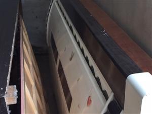 2米乘2.2的大床加床垫,因为装修所以换掉,床垫没有一点脏的,电话13855825545