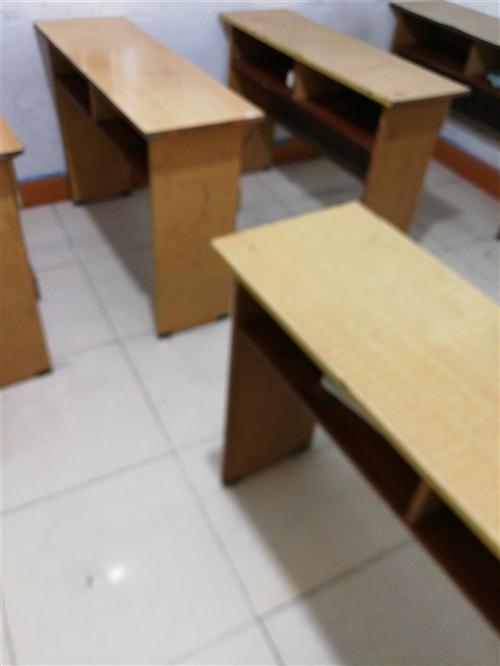 學生課桌低價出售,五六成新,共20張,50元一張。