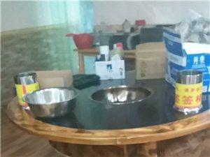 一批火锅桌椅出售、8成新、带炉子,价优! 桌子分三层、可以自由拼装!! 地点:来凤宾和宾馆斜对面...