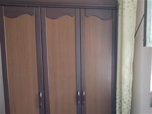 衣柜,八九成新,只剩一个三门~因为要搬新家了,没地方放,100元,不给送