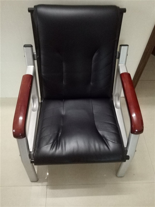 一套沙发~一个衣柜~一办公桌~ 如果合适用的话就联系我  ~~~~~~~~~~~~~~~~18...