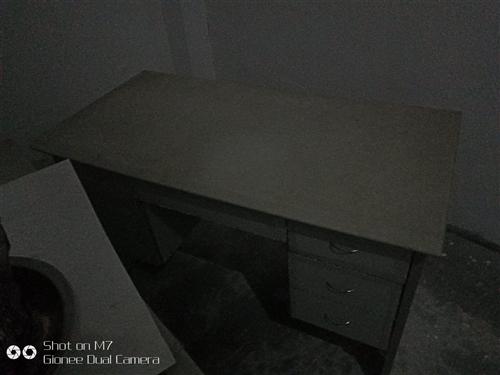 出售三张办公桌和一张铁皮文件柜,价格实惠,总共200元。还送几张椅子