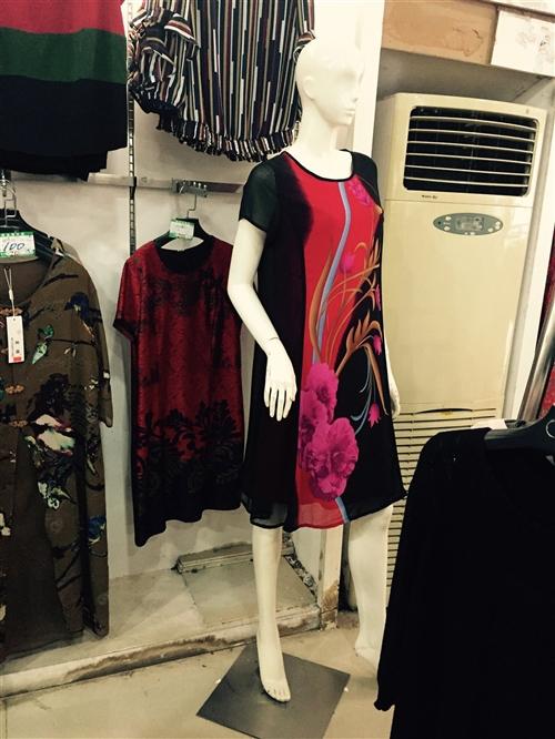 金山百货门面到期大处理,服装,货架,衣架,裤架,各种男女模特便宜处理,价格特别便宜