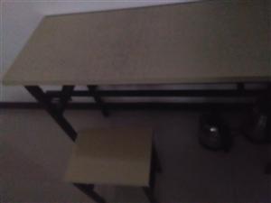本人有课桌,幼儿园午睡床出售,桌子一套带两个凳子,床50桌子一套100电话18609208308