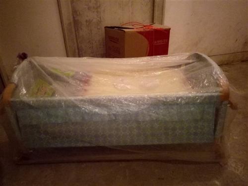 超低價出售嬰兒床一個, 九成新