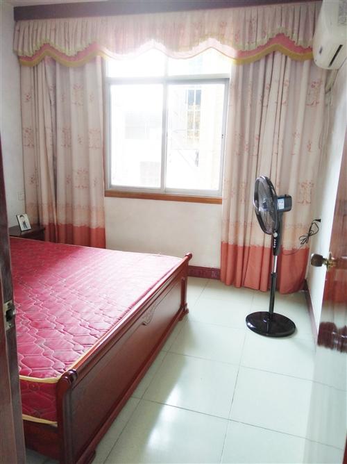 九成新1.8米床和床垫,还有两个床头柜。县医院附近,需要的可以看货,因搬家所以1600元便宜卖,自提...