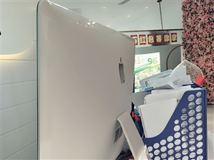 27寸苹果一体机电脑低价转卖,买回来很少用,平时就拿来放音乐,有无线键盘和无线鼠标。