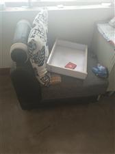 沙发有点爆皮  垫子挺好的  还有茶几  给钱就卖