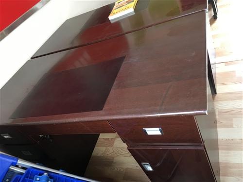 低价转让2张办公桌,一套沙发茶几,九五成新,非诚勿扰!