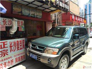 龙川公务车乱停乱放。